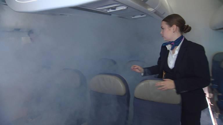 Studenten oefenen in de vliegtuigsimulator ook rampscenario's.