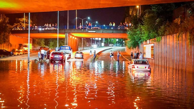 Bij dit viaduct in Eindhoven kwamen veel automobilisten vrijdag vast te staan (foto: Sem van Rijssel/SQ Vision).