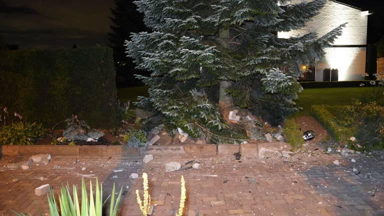 De auto schoof van de weg, ramde een hekwerk en twee pilaren (foto: SQ Vision).