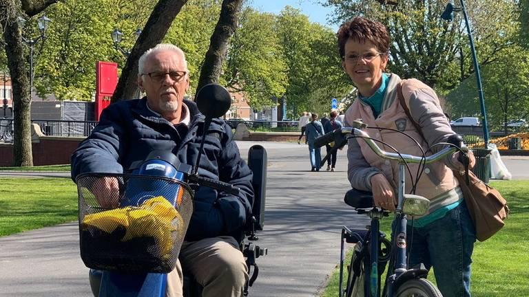 Henk en Angela Stoop in het Valkenbergpark (foto: Eva de Schipper).