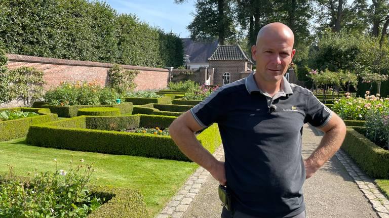 Tuinman Vincent Ketelaars en zijn team zorgen ervoor dat de tuin er perfect uitziet.