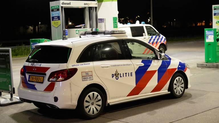 De politie was met meerdere auto's aanwezig bij de benzinepomp in Rucphen (foto: Perry Roovers/SQ Vision).