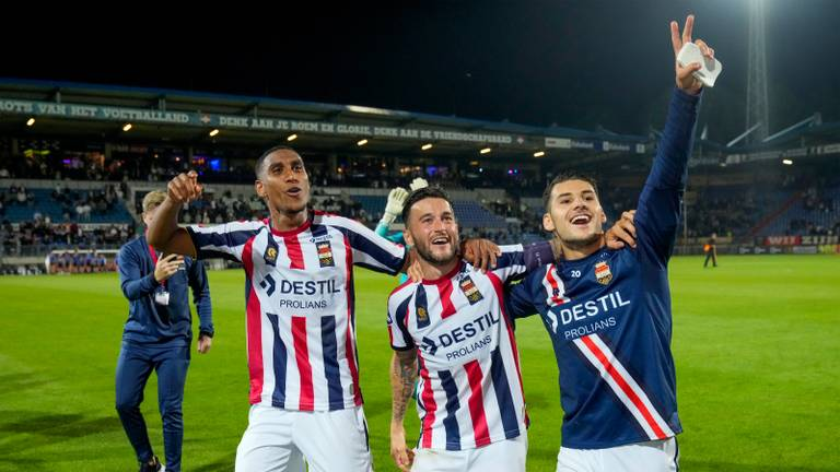 Saddiki, Llonch en Saglam vieren een overwinning van Willem II (foto: Orange Pictures).