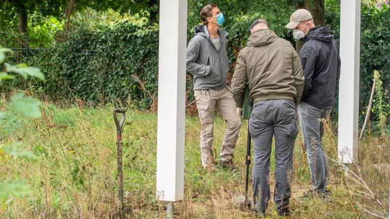 De politie zoekt onder andere met een metaaldetector (foto: Dave Hendriks/SQ Vision Mediaprodukties).