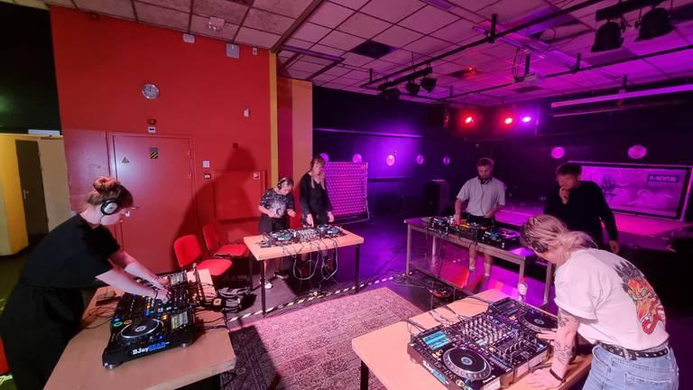 Vier duo's oefenen op professionele DJ-apparatuur. (foto: Collin Beijk)