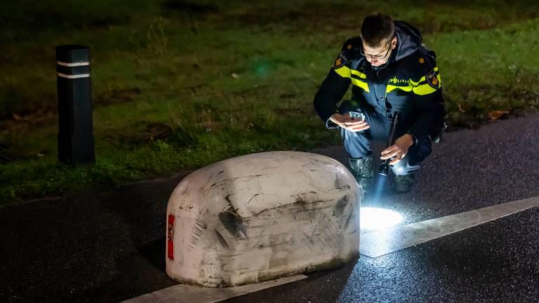 De scooterrijder zou tegen een betonblok zijn gereden dat midden op het fietspad is geplaatst (foto: Gabor Heeres/SQ Vision).