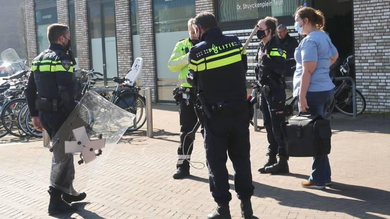 Dierenarts Carolien bij de politiemensen (foto: Perry Roovers/SQ Vision).