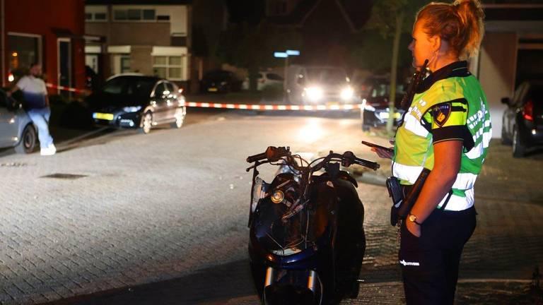 Een agente bij de scooter in Esch (foto: Bart Meesters).
