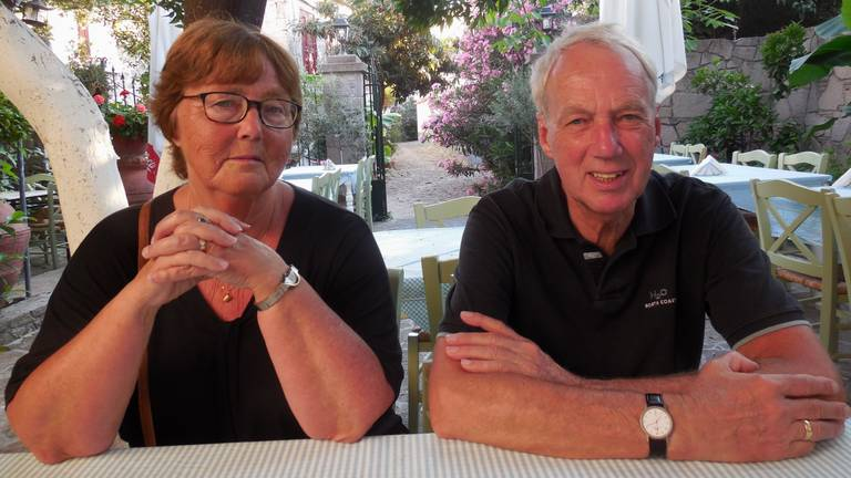 Pieter Rijnbeek (74) met zijn vrouw Ineke (70).