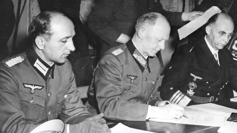 Nachtelijke overgave in Reims met generaal Jodl (foto: wikipedia)