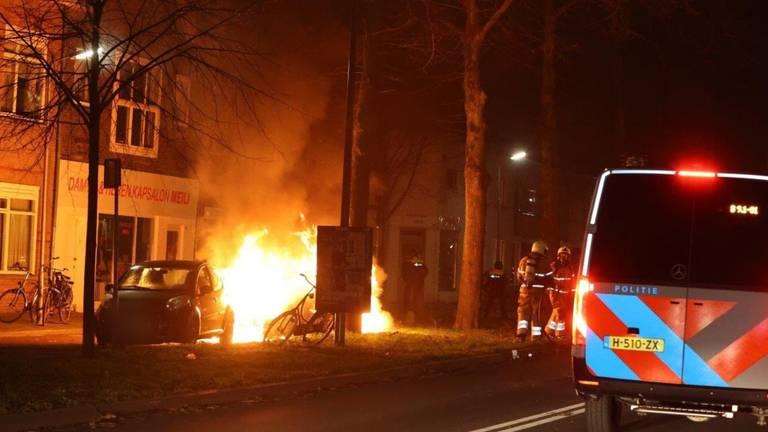 De brandweer houdt afstand (foto: Bart Meesters/Meesters Multi Media/SQ Vision Mediaprodukties).