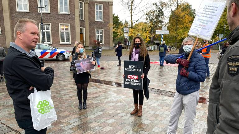 Varkenshouder Wilbert van Lanen (links) uit Bakel in gesprek met de demonstranten.