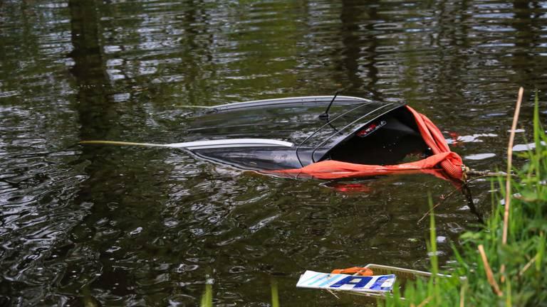 De auto die de overvallers meenamen, werd even later in het kanaal teruggevonden (foto: Harrie Grijseels / SQ Vision).