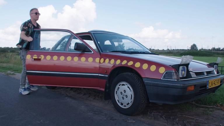 Wie wordt de volgende eigenaar van deze Bassie & Adriaan-auto?