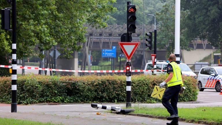 Vanwege de aanrijding werd het kruispunt in Den Bosch lange tijd afgezet (foto: Bart Meesters).