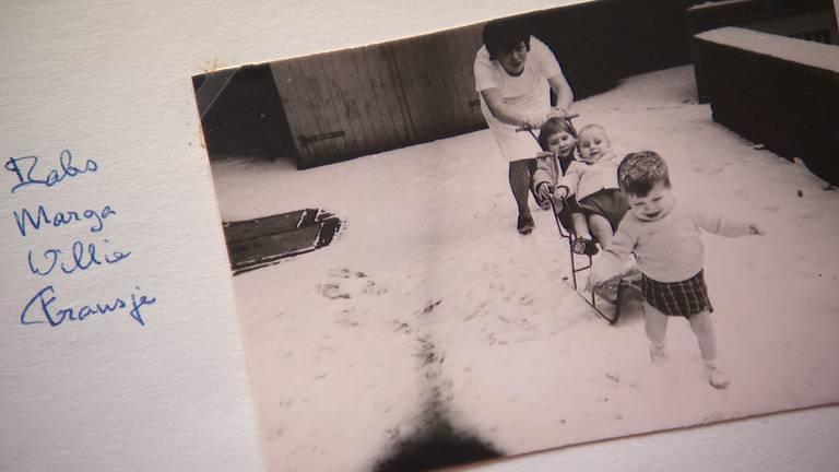 Babs dollend in de sneeuw met kinderen in Moederheil. (foto: Omroep Brabant)