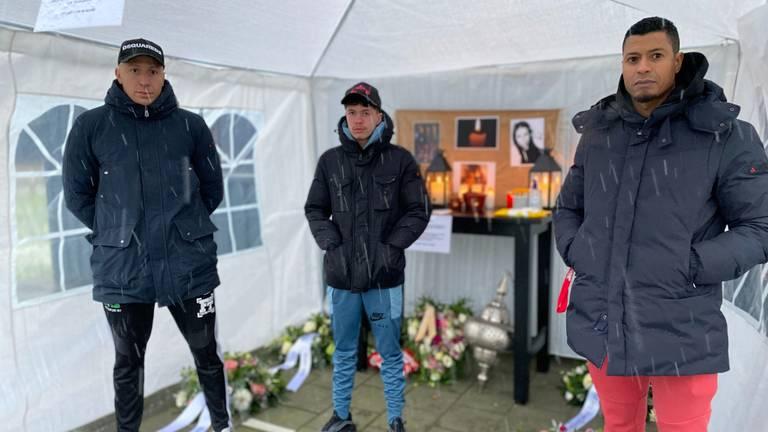 Hicham Elgaoui (L) en Samir Bayouni (R) bij de gedenkplek voor Melissa (foto: Jan Peels)