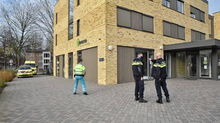 De steekpartij vond plaats voor het gebouw van Traverse aan de Reitse Hoevenstraat in Tilburg (foto: Toby de Kort).