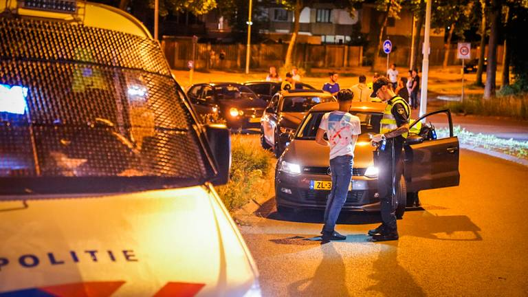 De politie zette veel auto's aan de kant in Tongelre (foto: Sem van Rijssel/SQ Vision).