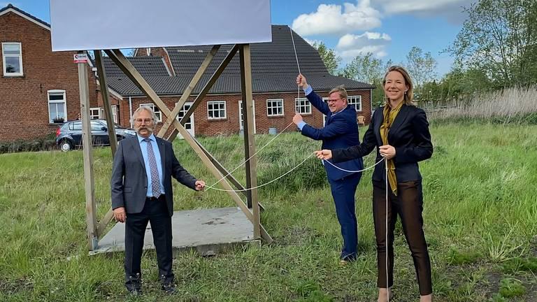 Wethouders Lok (Roosendaal) en Van der Velden (Bergen op Zoom) mochten samen met de staatssecretaris het bord onthullen. (Foto: Rijksoverheid)