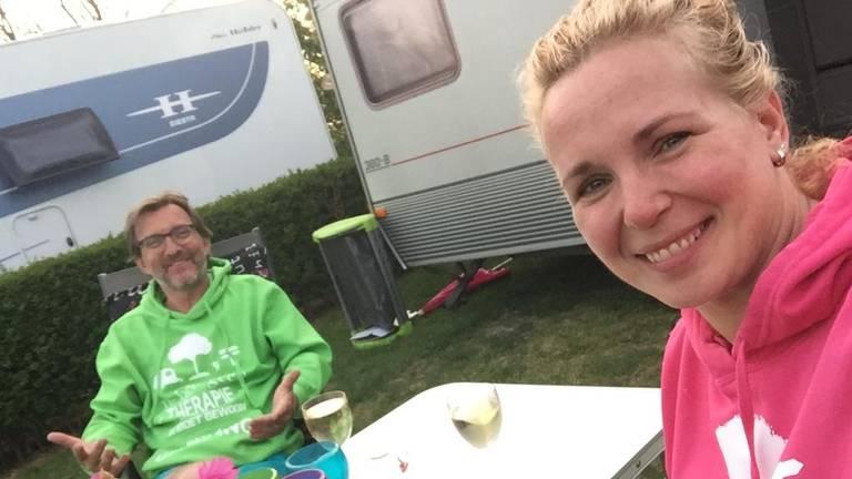 Babette en haar man Marcel in betere tijden op de camping voor hun geliefde caravan.