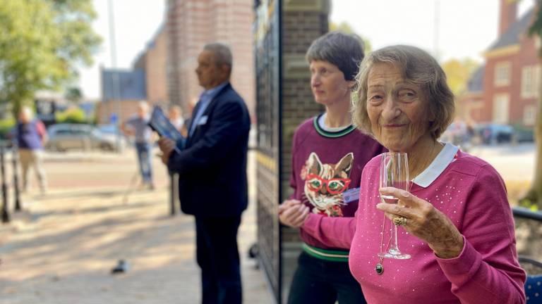 Aghina Margraff toast bij de onthulling van monumentaal hek Zionsburg Vught (foto: Jan Peels)