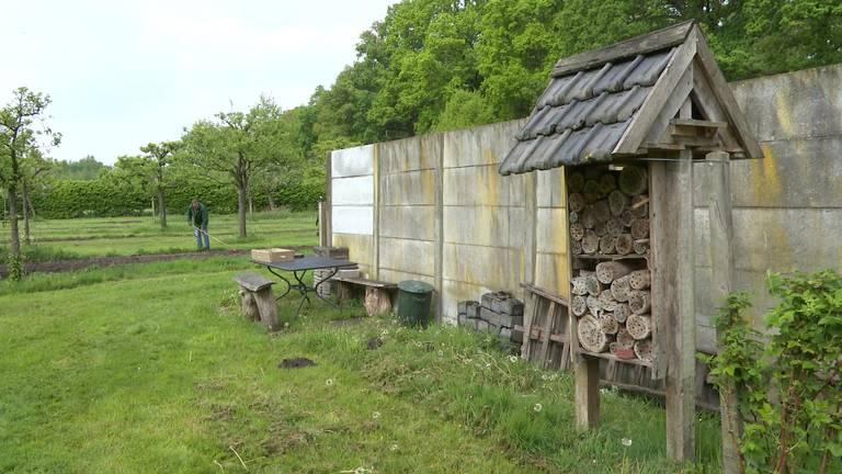 Een insectenhotel in moestuin Het Engels Hof bij Achtmaal. (foto: Raoul Cartens)