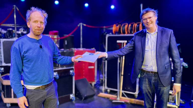 Jetse Batelaar krijgt de verzegelde tekst van theater directeur Alex Kühne (r)