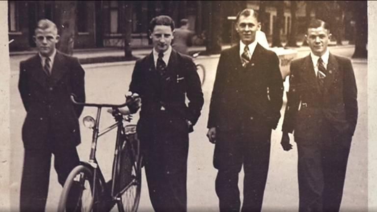 Koos (rechts) en Alfred (tweede van rechts) met vrienden.