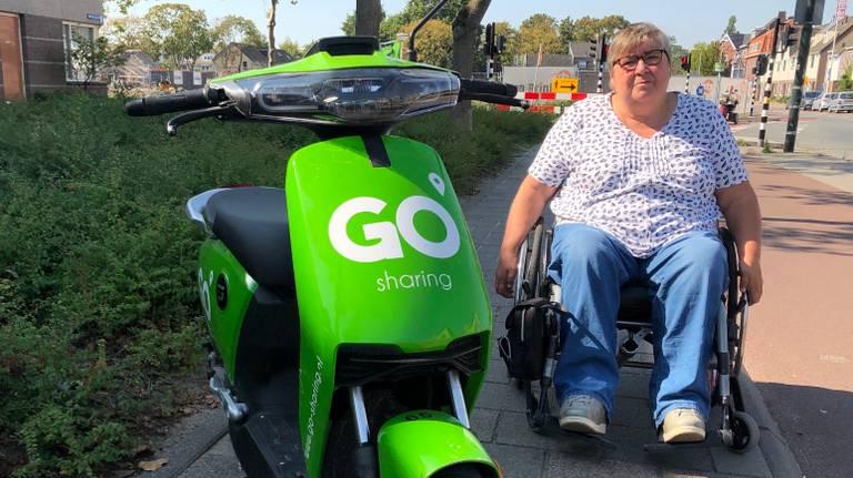 Pia Hendriks moet hier met haar rolstoel het fietspad op.