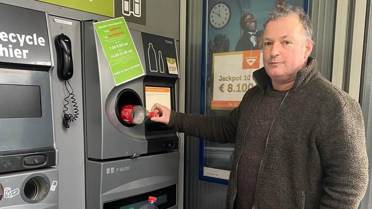 De directeur van het dierenpark doneert zelf ook flessen. De opbrengst wordt verdubbeld.