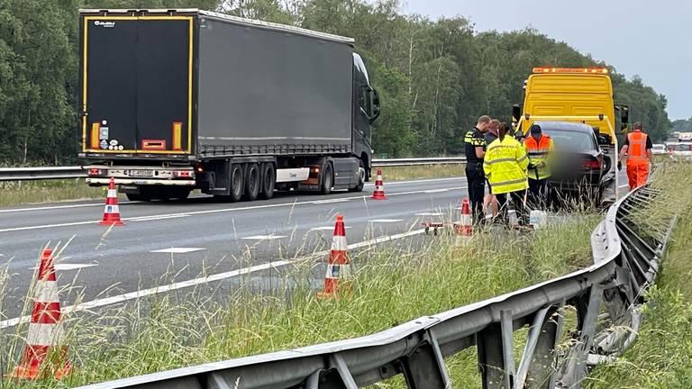 Op de A67 slipte een auto tijdens hevige regenval (foto: Harrie Grijseels/SQ Vision).