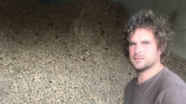 Erik van der Heijden bij zijn aardappelberg.