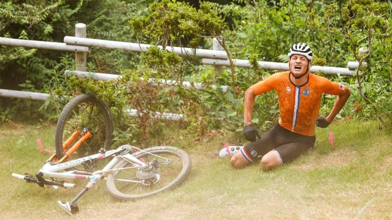 Mathieu van der Poel met pijn naast zijn fiets (foto: ANP).