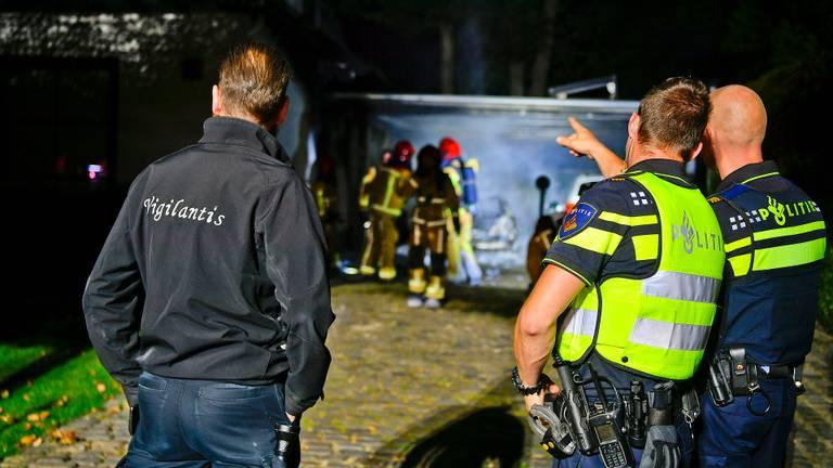 Na een uur had de brandweer het vuur bij de carport onder controle (foto: Rico Vogels/SQ Vision).