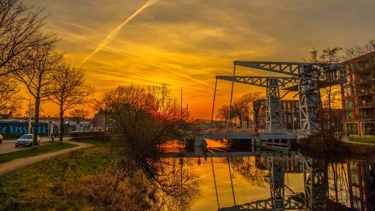 Brug Den Ophef in de Piushaven in Tilburg (foto: Freddie de Roeck).