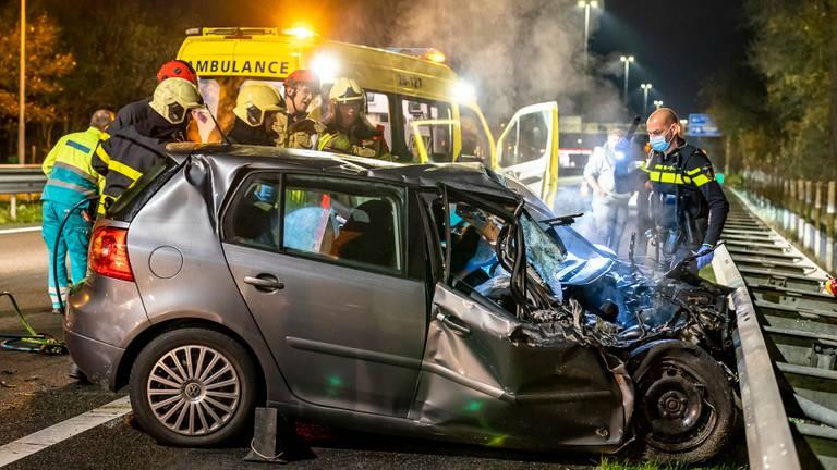 De bestuurder moest uit de auto bevrijd worden (foto: Marcel van Dorst/SQ Vision).