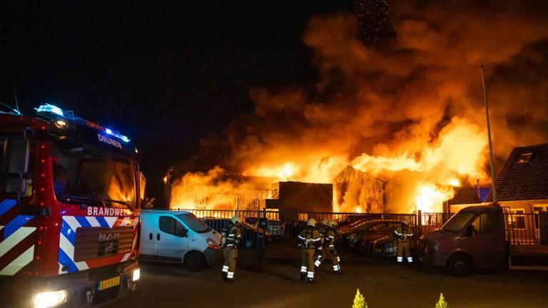 Meerdere loodsen gingen bij de brand in Drunen verloren (foto: Iwan van Dun/SQ Vision).