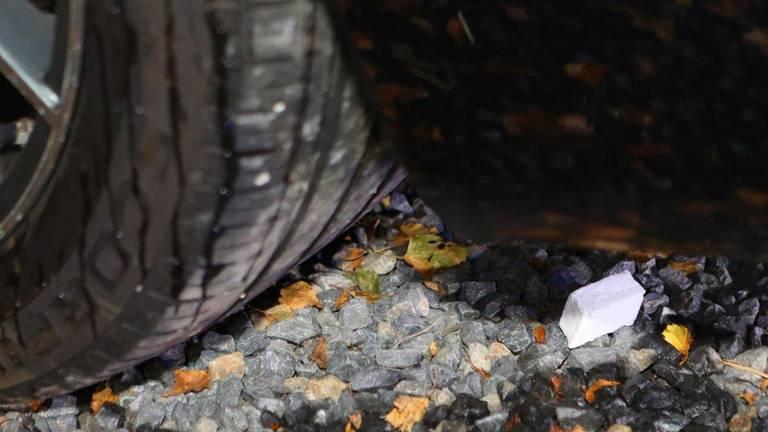 Een aanmaakblokje dat bij de auto werd gevonden (foto: Bart Meesters / SQ Vision).