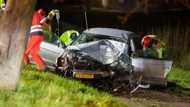 De auto schoof rond middernacht van de Stadsedijk in Oudemolen (foto: Christian Traets/SQ Vision).