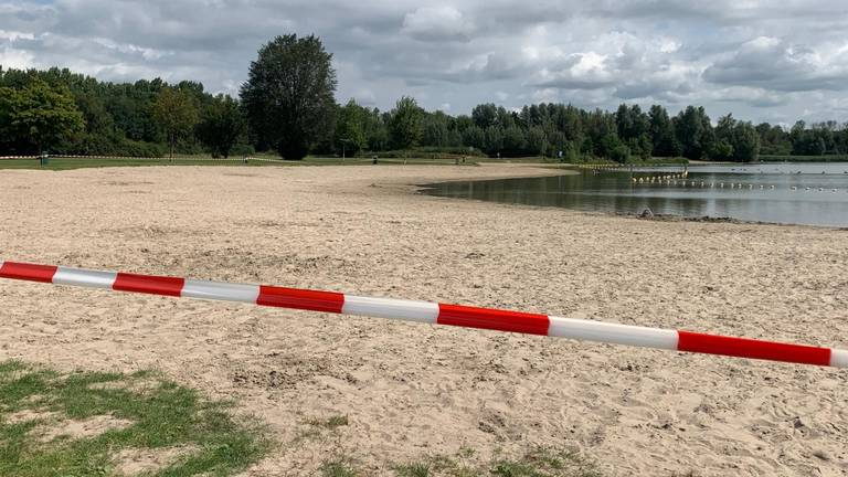 Ook vandaag kan er niet gezwommen worden in de Asterdplas. (Foto: Eva de Schipper)