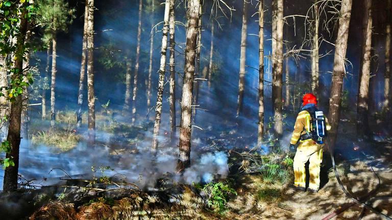 Het blussen van de brand neemt veel tijd in beslag (foto: Rico Vogels/SQ Vision).