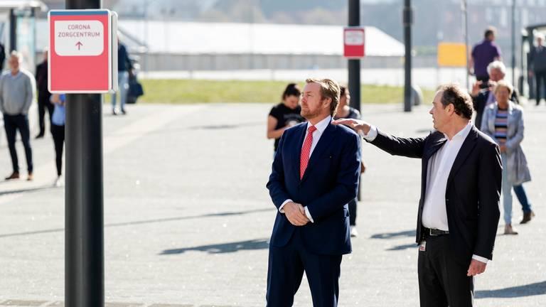 Jeroen Bosch Ziekenhuis-directeur Piet-Hein Buiting leidt Koning Willem Alexander rond. Foto: ANP