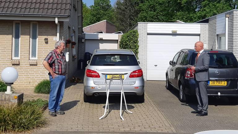 Raadslid Cees Meijvis (links) wordt op afstand gefeliciteerd door burgemeester Maarten Houben (foto: gemeente Nuenen).