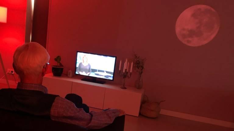 De projectie van de maan op de muur geeft aan dat je moet gaan slapen.