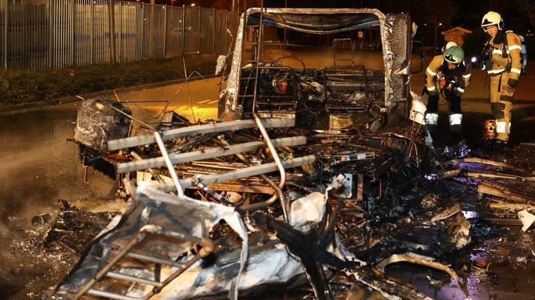 Van de camper in Den Bosch bleef na de brand weinig over (foto: Bart Meesters).