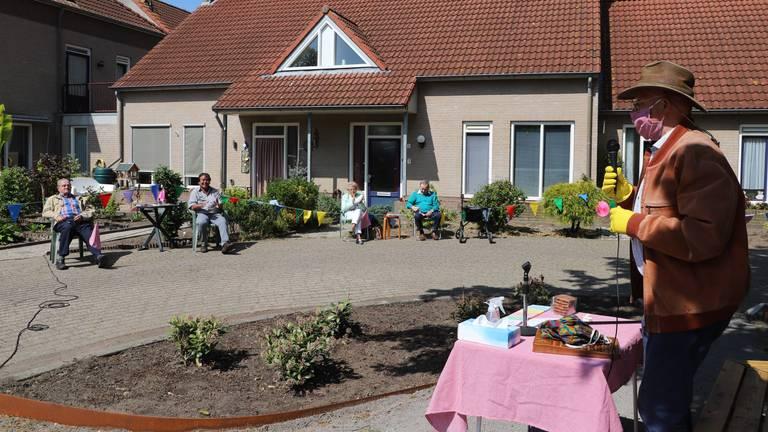 Goed ingepakt opende burgemeester Pierre Bos de buurtbingo. (Foto: Collin Beijk)