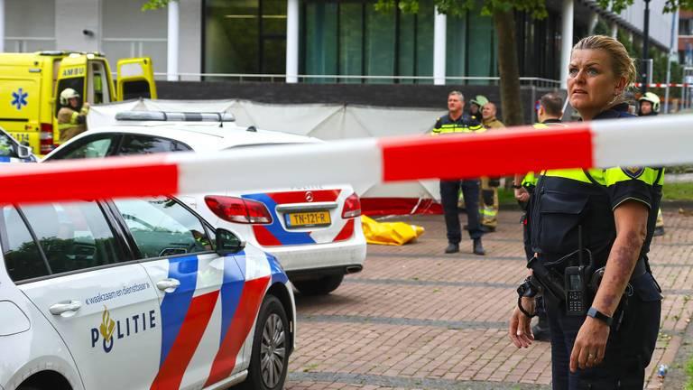 De omgeving van het gemeentehuis werd afgezet na de heftige gebeurtenis (foto: Gabor Heeres/SQ Vision).