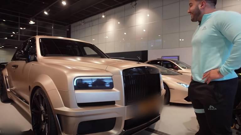 Mo Bicep is een liefhebber van extravagante auto's (foto: YouTube).