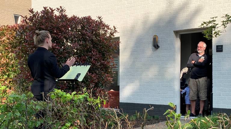 De gelukkigen in Den Bosch worden toegezongen (foto: Eva de Schipper).